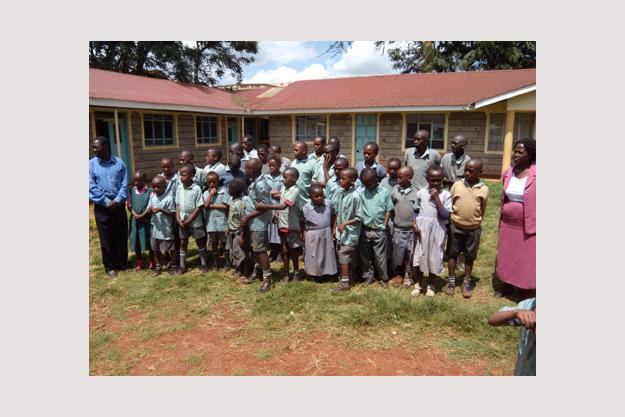 Kinder vor dem neuen Schulgebäude in Thika